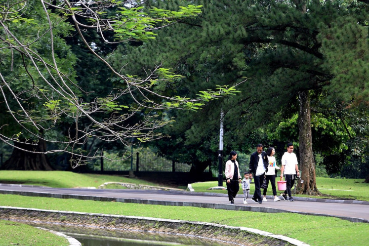 Caption/Description: President Joko Widodo accompanid by first Lady Iriana accomoanied by first son and daughter in law, Gibrang Rakabuming(R)-Selvi Ananda(2nd R) and grandson Jan Ethes walking together during their workout session in Bogor Palace, West Java, saturday, December 8, 2018.