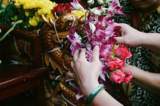 The cultural parade participants decorate a joli (stretcher) with orchids. JP/Donny Fernando