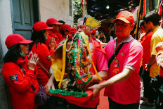 A Toa Pe Kong statue is moved from the Fat Cu Kung Bio temple onto a stretcher. JP/Donny Fernando