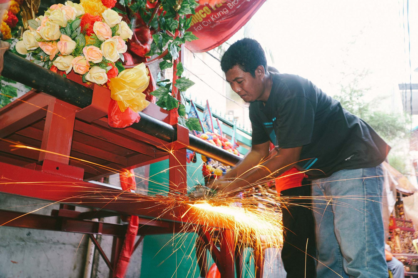 A worker is welding a stretcher before the start of the cultural parade.JP/Donny Fernando