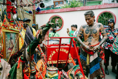 Participants are preparing the joli (stretcher) before the cultural parade begins. JP/Donny Fernando