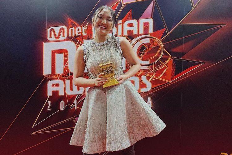 Marion Jola: Marion Jola Brings Home Award At 2018 MAMA In Seoul