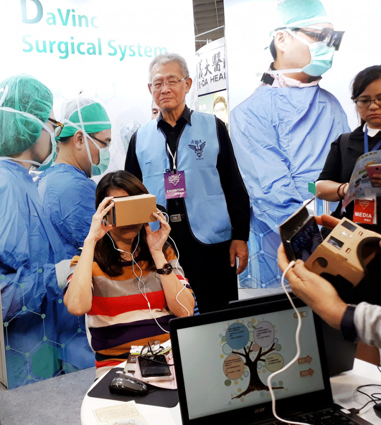 Innovation hub: A visitor tries out a Virtual Reality medical tool at the 2018 Taiwan Healthcare Expo at Nangang Exhibition Center on Nov. 29. About 103,000 foreign patients went to Taiwan last year to receive medical treatment.