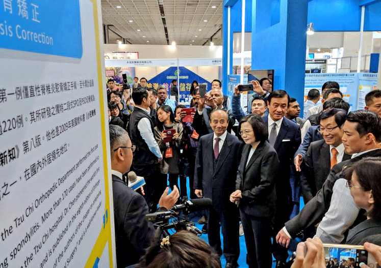 Taiwan vision: Taiwan President Tsai Ing-Wen (center, in glasses) tours the 2018 Taiwan Healthcare Expo at the Nangang Exhibition Center on Nov. 29. At the event, Tsai expressed her confidence that Taiwan was the best place to develop the healthcare technology industry.