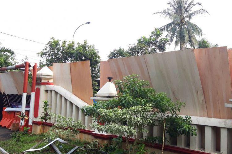 Mob destroys police station in East Jakarta