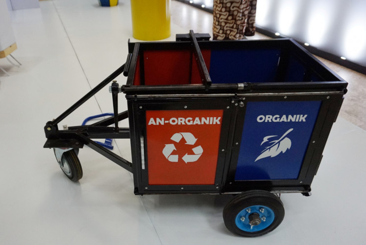 A mock-up Gerobak Sampah Organik dan Inorganic trash cart designed by Adhi Susatyo is exhibited for the 2018 Waste Wise Design Competition.