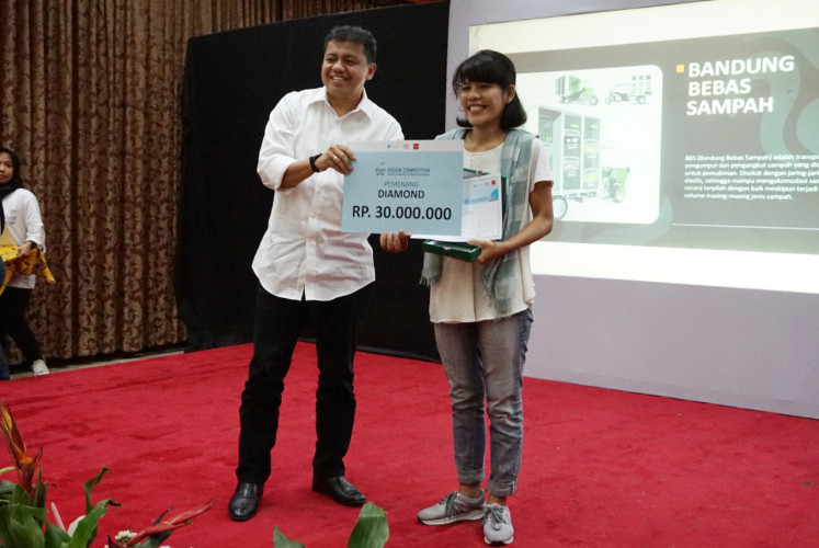 Lastri Naibaho (right) poses with Novrizal Tahar, the Environment and Forestry Ministry's director of waste management at the 2018 Waste Wise Design Competition.