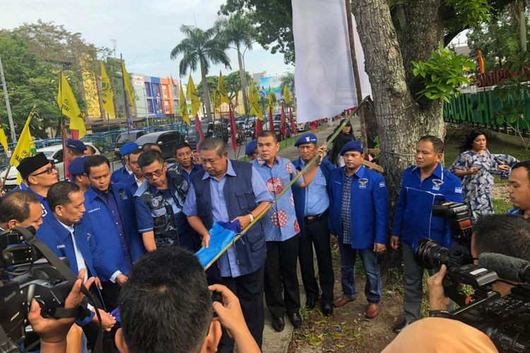 Ripped Democratic Party banners, flags mar SBY's visit to Riau
