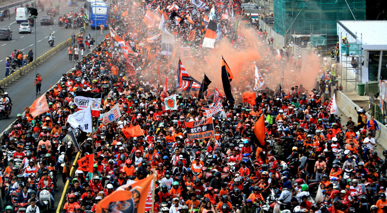 'Jakmania' celebrate Persija victory with parade