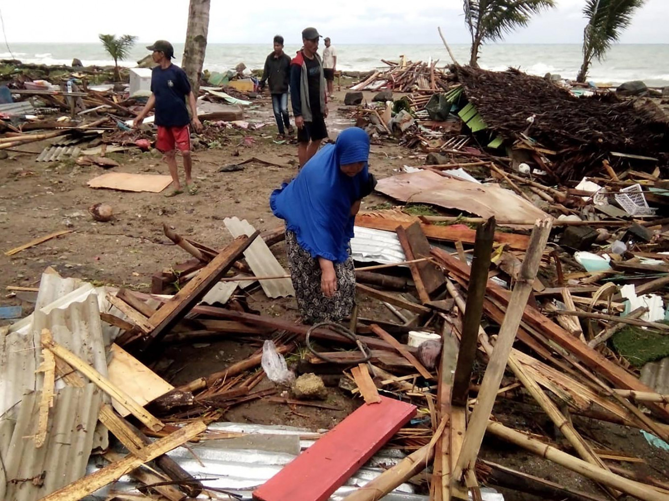 Survivor in Banten saw hundreds of people disappear under tsunami waves