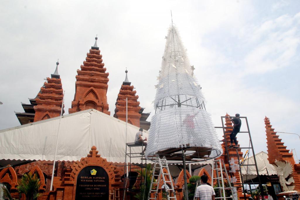 Pohon Natal yang terbuat dari botol plastik bekas didirikan di Katedral Denpasar | Foto: Zul Trio Anggono / Jakarta Post