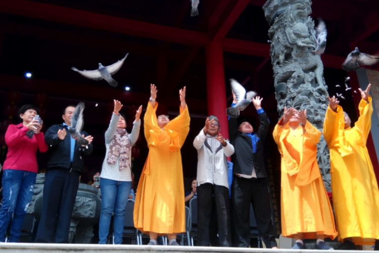 Buddhist monks, interfaith leaders and Taman Simalem Resort staff release live birds during Fang Sen (Fang Sheng), which closed the inauguration ceremony of Suwarnadwipa Tianzhu Chansi vihara on Dec. 23 at the North Sumatra resort.