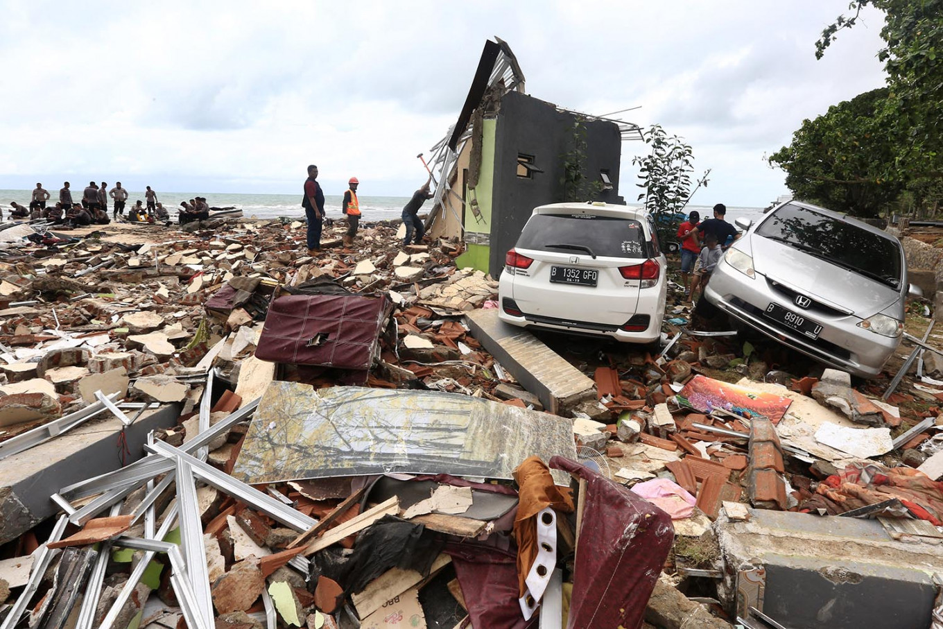 Valet parking: Search and rescue personnel search for victims of the Sunda Strait tsunami that might be trapped under the rubble of Stephanie Villa complex at Carita Beach in Pandeglang, Banten, on Monday, December 24, 2018. JP/Dhoni Setiawan