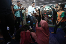 "Helping hand: President Joko ""Jokowi"" Widodo visits tsunami victims who have taken refuge in a futsal court, which is being used as a temporary shalter in Labuhan, Pandeglang, Banten on Monday, December 24. 2018. JP/Dhoni Setiawan"
