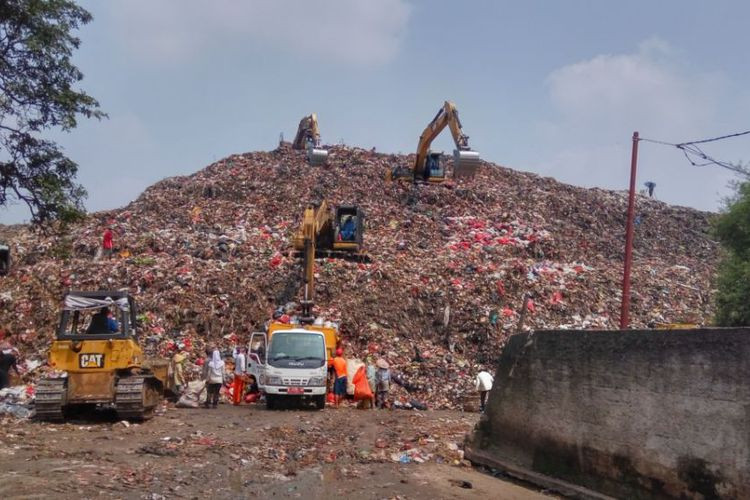 Cipayung landfill takes in 200 tons more waste per day during Ramadan