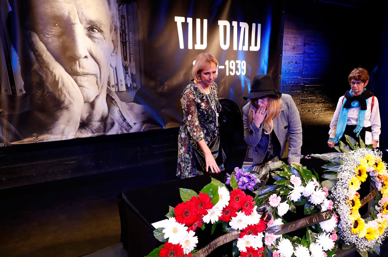 Israelis mourn writer and peace advocate Amos Oz