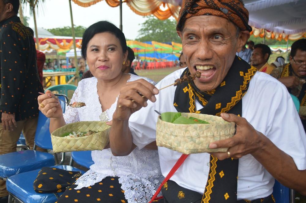 """Nagekeo Deputy Regent Marianus Waja eats off a """"wati"""" plate."""