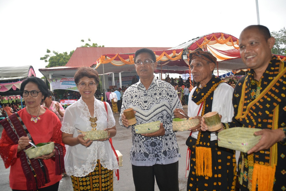 A Nagekeo resident (left), the wife of Nagekeo Regent Johanes Don Bosco Do (second left), Ende Bishop Mgr. Vincensius Potokotta (center), Nagekeo Deputy Regent Marianus Waja (second right) and head of the East Nusa Tenggara Legislative Council, Anwar Pua Geno (right).