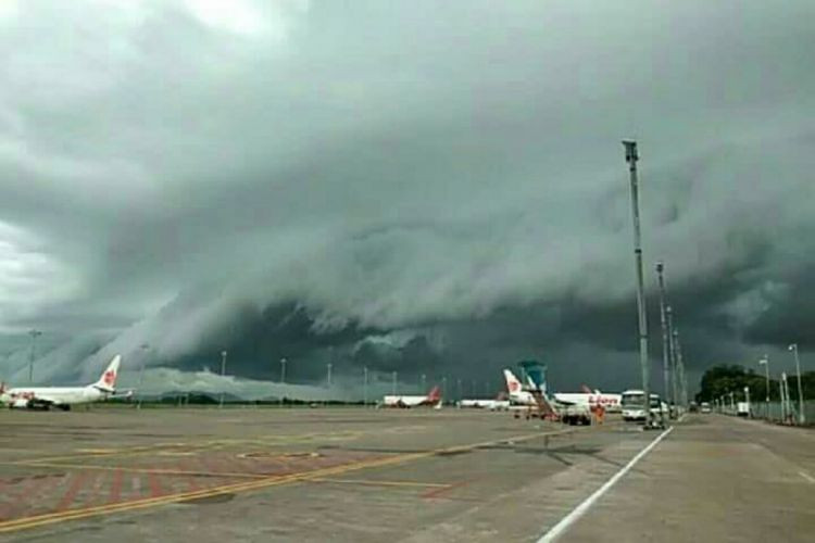 Airplanes flying in Makassar sky as 'tsunami' clouds unfold
