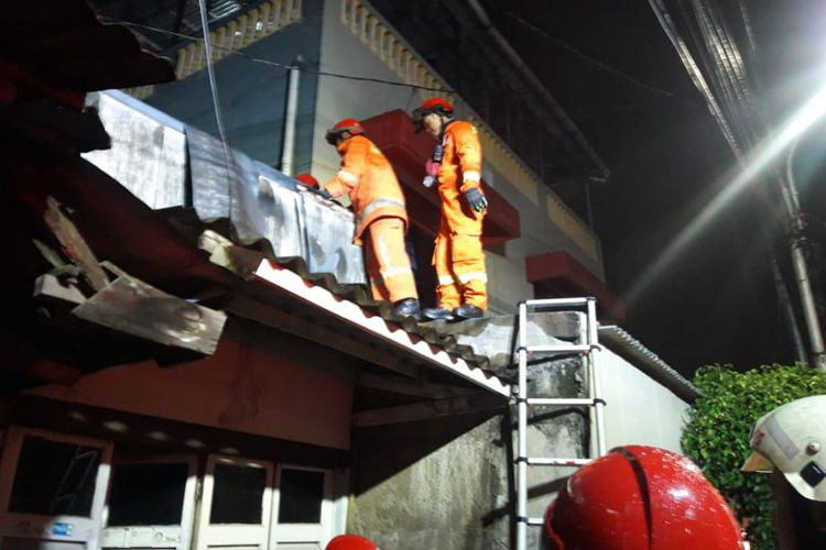 Collapsed house in West Jakarta traps eight, damages car