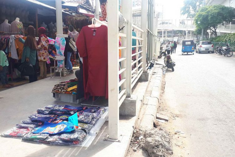 Vendors return to streets despite Tanah Abang Skybridge