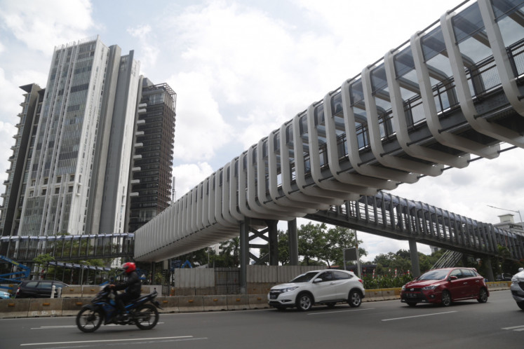 Motorists pass beneath a revamped footbridge in Senayan, South Jakarta, on Wednesday, January 2, 2019. The footbridge is one of three across Jl. Sudirman that are being revitalized by the Jakarta administration in a project that cost Rp 56 billion (US$3.8 million).