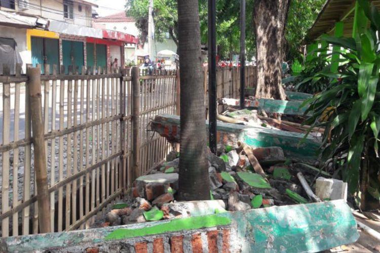 Heavy rain knocks down East Jakarta school wall