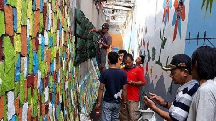 South Jakarta residents turn urban spaces into vegetable gardens