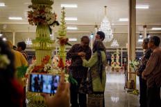 Famous Yogyakarta musician Djaduk Ferianto (center, wearing ring) attends the royal wedding. JP/Anggertimur Lanang Tinarbuko