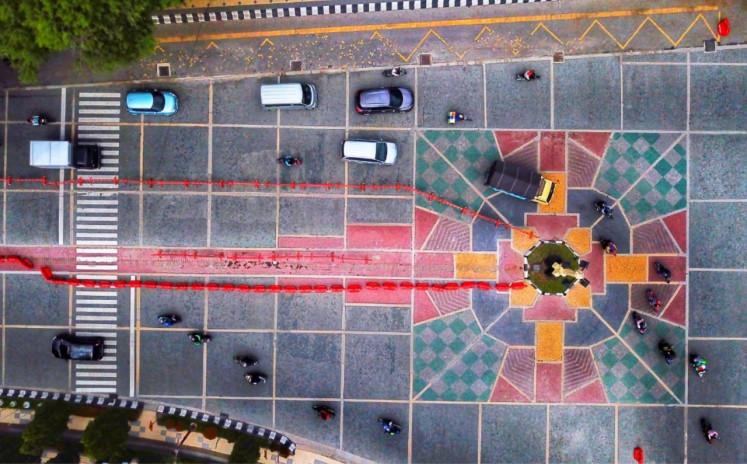 Mosaik koridor Jalan Jenderal Sudirman di depan Balai Kota Surakarta yang disebut mirip Salib.