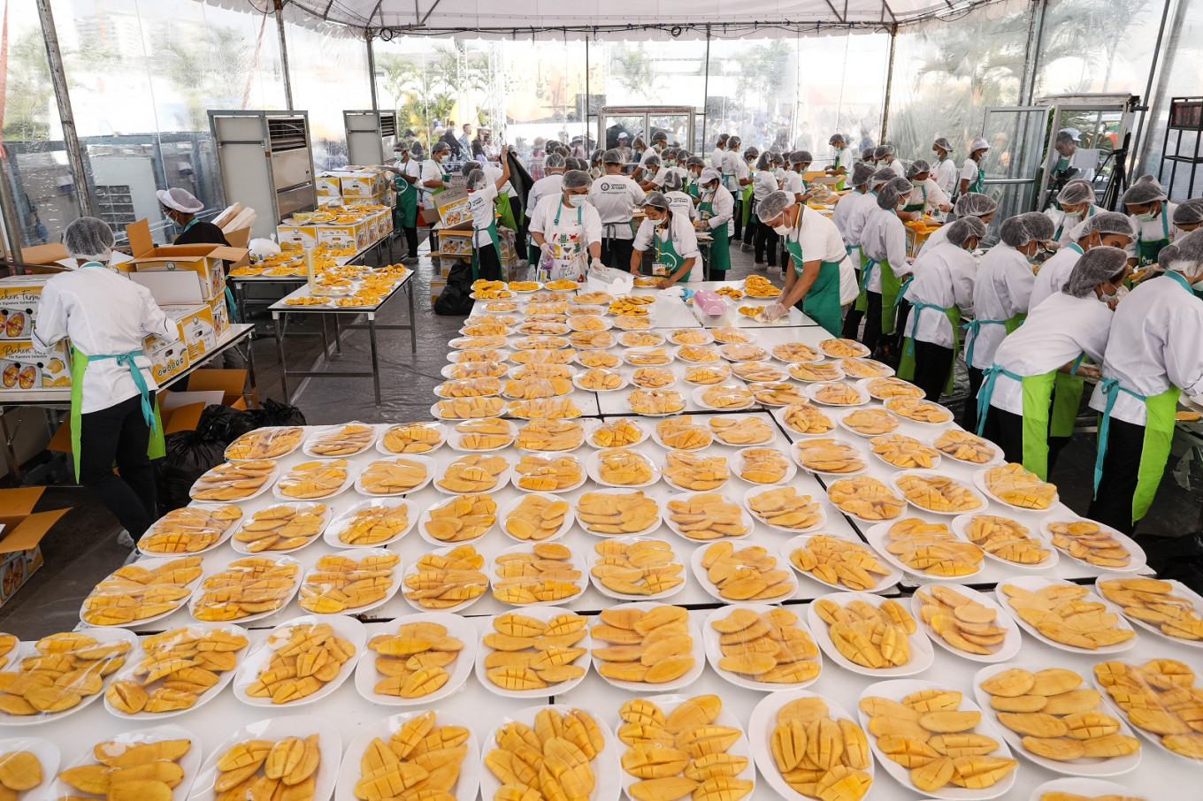 Thailand invites Chinese tourists to record-breaking sticky rice mango feast