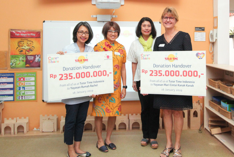 Tutor Time Foundation head Melania Hamdan (second right),Let's Love Children Institution   volunteer Julie van Laarhoven (right) and Rumah Rachel CEO Kartika Kurniasari (left) during a handover event on Jan. 16  at Tutor Time Kemang in South Jakarta.