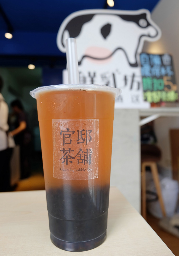 Pure tea: At Guan Di Bubble Tea, a cup of Alpine Four Seasons Tea with pearls costs NT$35 (US$1.13)