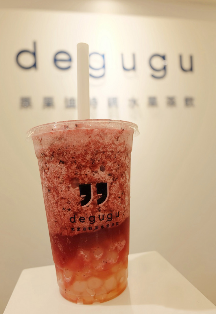 Real fruit: A cup of Berries Black Tea with white tapioca pearls from Degugu bubble tea store.