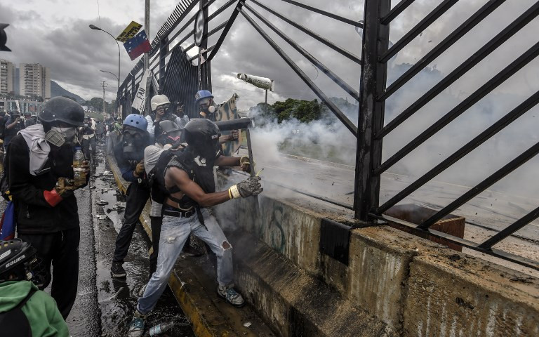 US orders non-emergency embassy staff to leave Venezuela