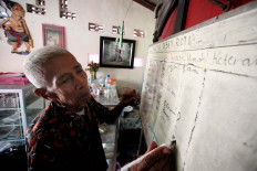 Basiran writes down orders from customers on a white board. JP/Boy T. Harjanto