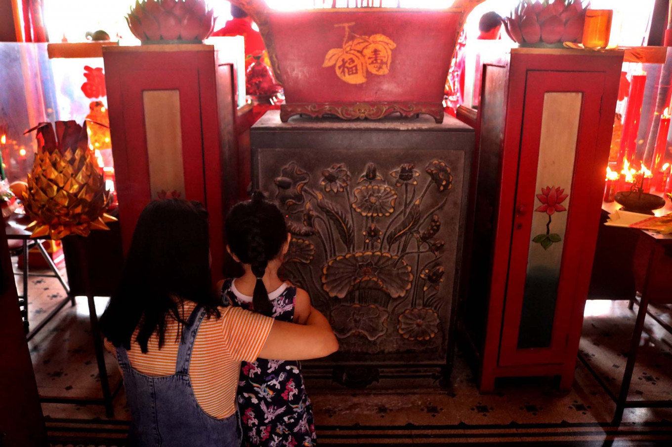 Keep the legacy: A girl and her mother take part in the Pao Oen ritual. JP/Maksum Nur Fauzan