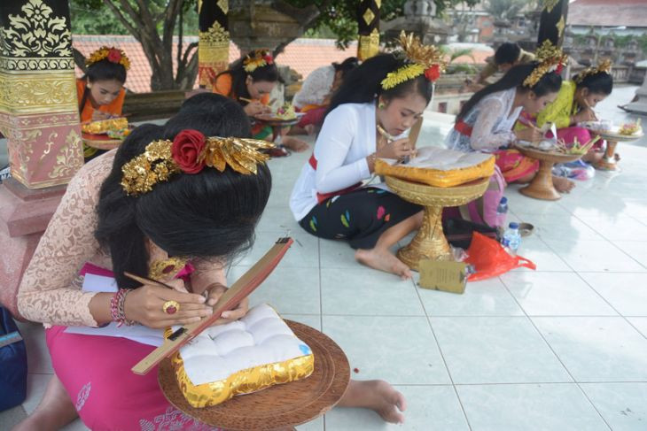 One thousand students participate in Balinese script writing festival