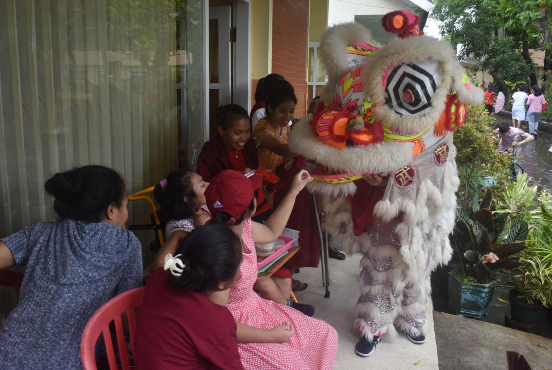 Children enjoy the 'barongsai' dance.