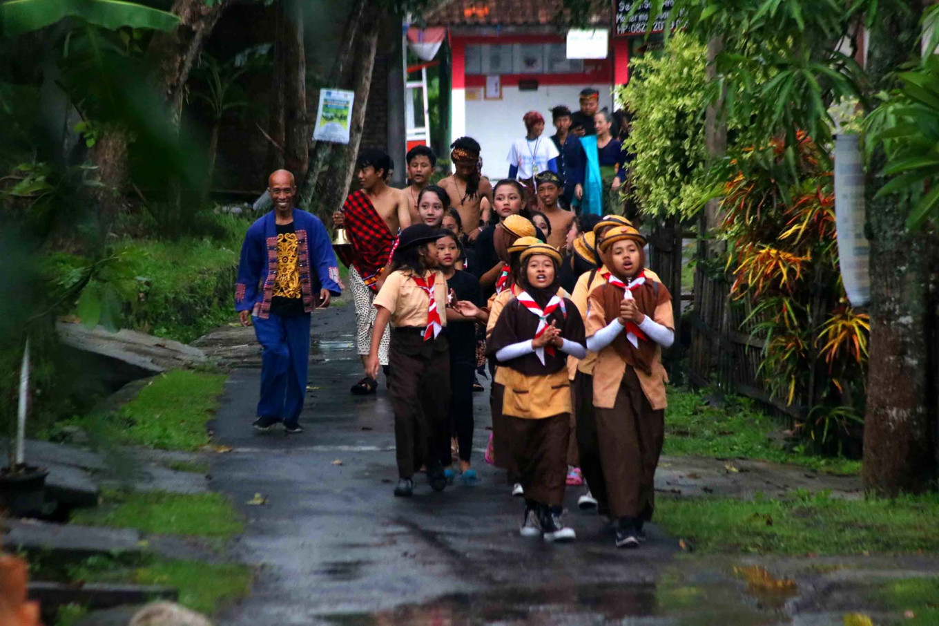 Mugiyono (left, dressed in blue) walks with children and other participants to introduce the festival in Kartasura, Central Java, on Saturday (Jan. 12, 2019). JP/Maksum Nur Fauzan