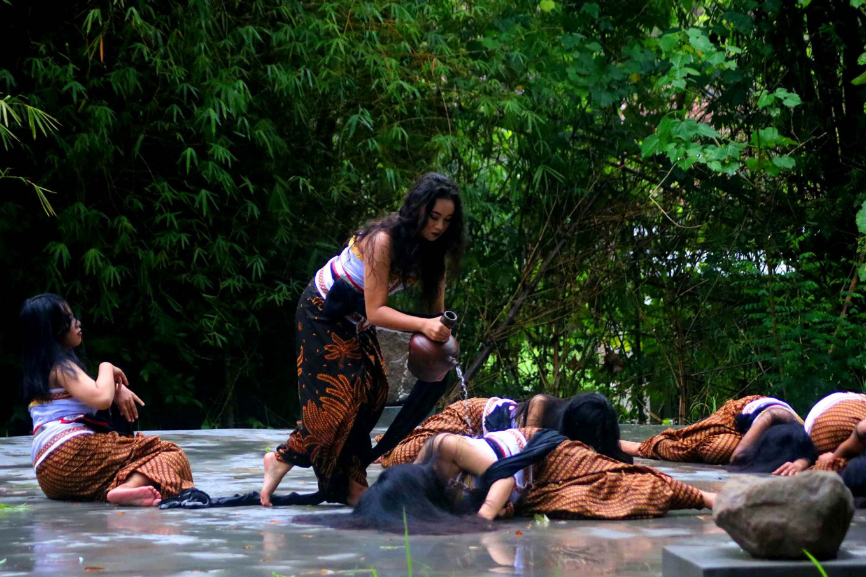 The Peni dance troupe performs their routine. JP/Maksum Nur Fauzan