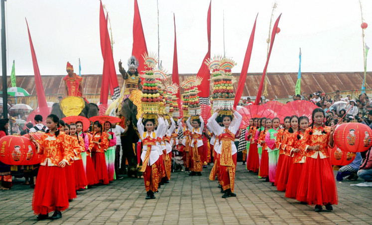 "Artists perform the dance ""The love story of King Jaya Pangus of Bali and Kang Cing Wie of China"" during the Balingkang Kintamani cultural parade in the Ulundanu Batur Temple compound in Bangli, Bali, on Wednesday. The festival was held to celebrate the Chinese New Year."