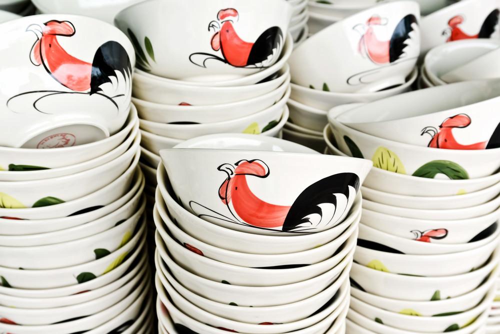 Rooster bowls, popular Thai tableware, remain spirit of community