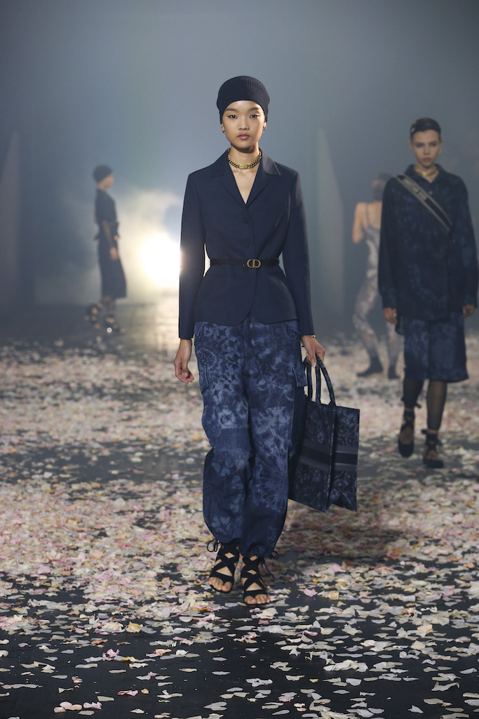 Androgynous style, presented in the Dior Spring-Summer 2019 collection, has been carefully Shibori-dyed by hand, with a finely detailed bag to match.