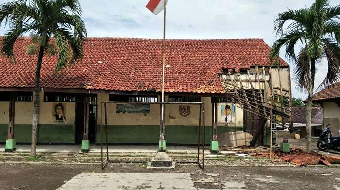 Collapsed Bekasi school located near regent's office