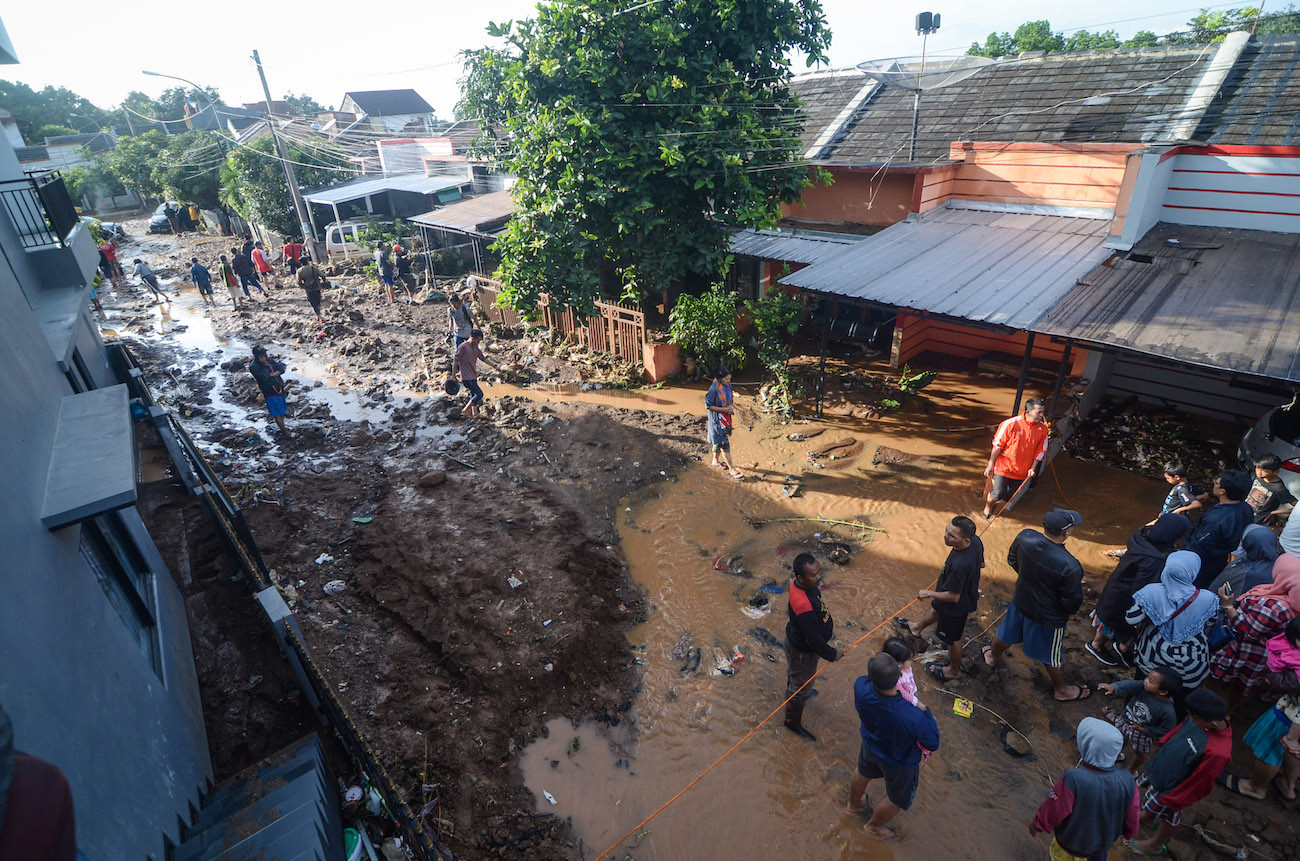 Bandung residents cling on roofs amid deadly deluge from dam burst