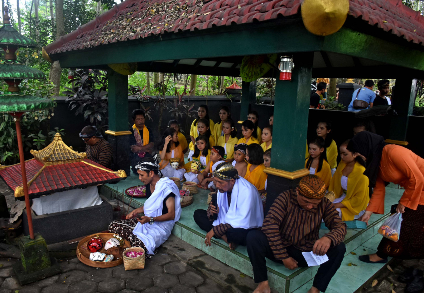 There were prayers and reading of tembang mocopat led by the funeral complex key master in preparation for the dance performance.