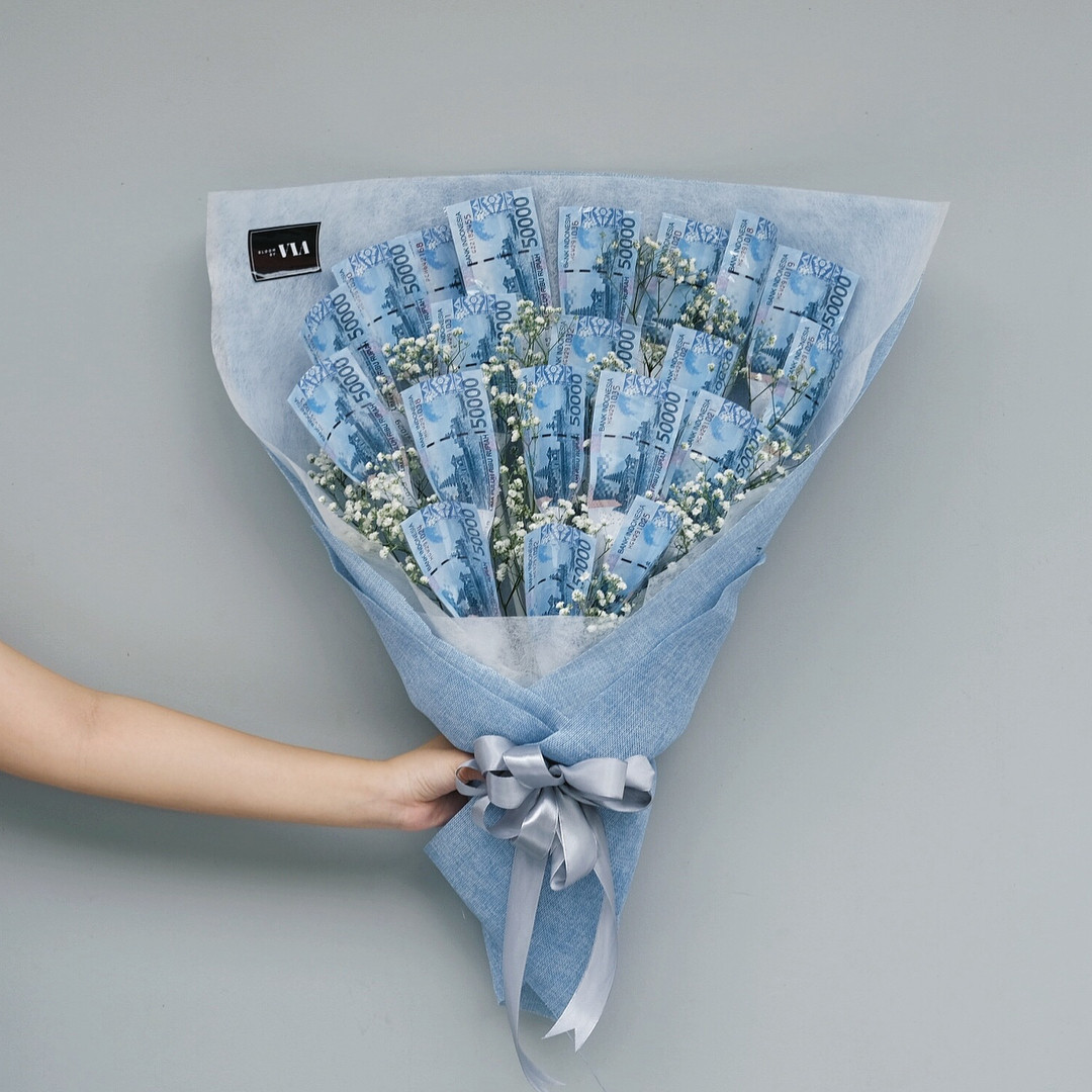 For love or money? Banknote bouquet gets mixed reactions