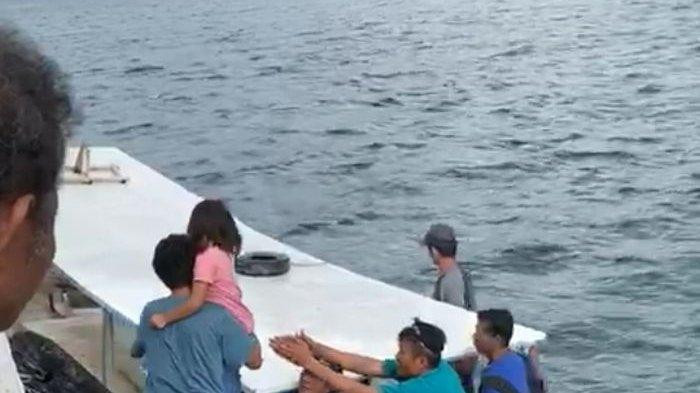 Boat smashes into coral, capsizes in Thousand Islands waters