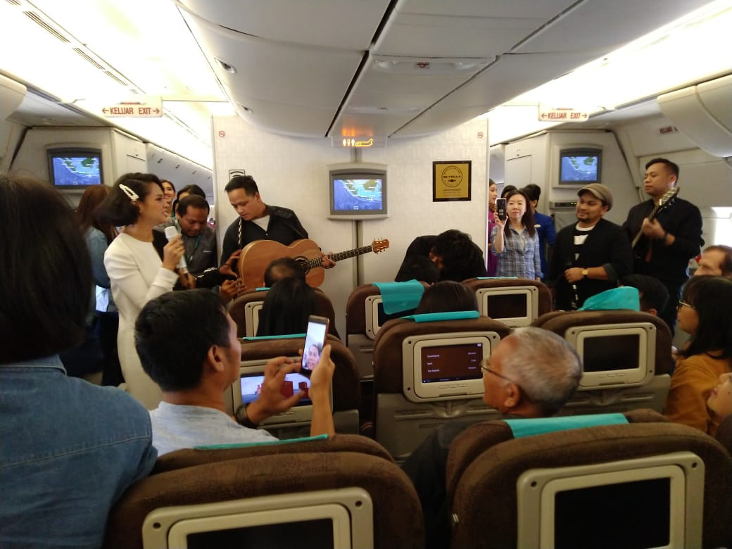 Garuda flight to Denpasar serenaded by Andien, Tompi on Valentine's Day